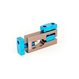 Presse pour insérer les aiguilles et embout de câble de frein hydraulique.